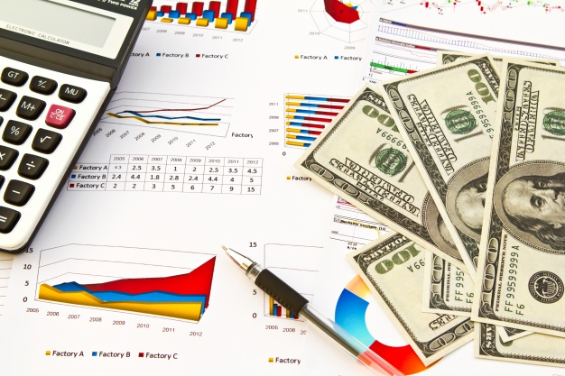 billetes-junto-a-informacion-financiera_1232-138